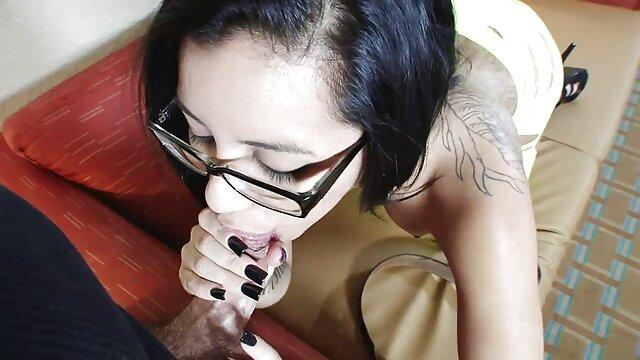 gadis Cina nakal suka bercinta live show bokep dengan lesbian seksi.