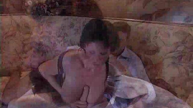 Ibu rumah tangga di stoking bercinta bokep siaran dengan tetangga muda yang ketat di sofa.