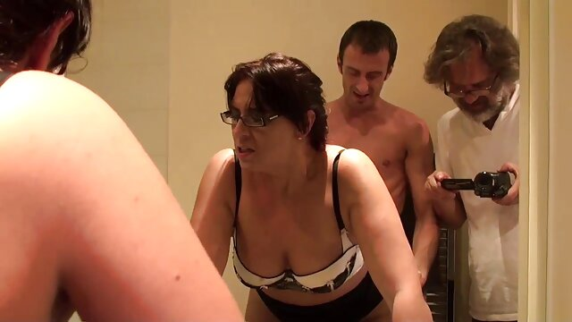 Gadis alami masturbasi sendirian dengan tabung keras. bokep live sange