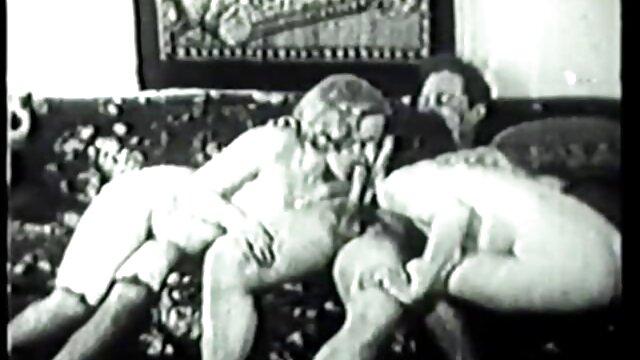 Muslim Arab membayar banyak sex bokep live uang untuk mengisap penisnya yang besar.