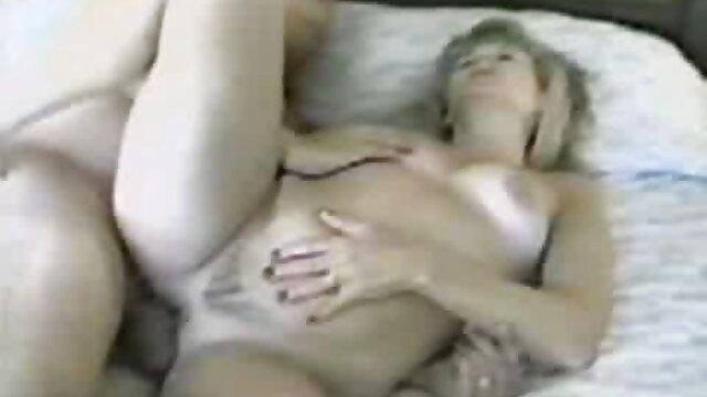 Lesbian berkembang biak alami untuk seks kelompok dengan bokep live sex anilingus di pose 69.