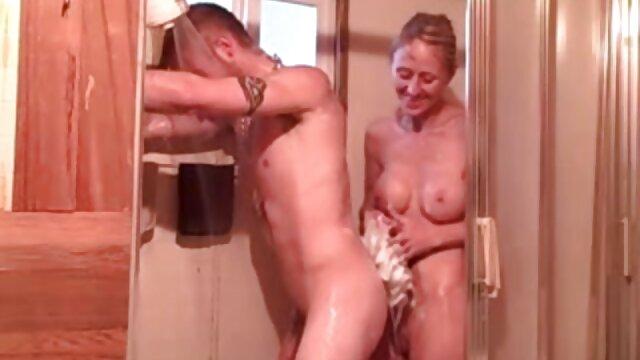 Gadis telanjang dengan kamera tersembunyi di ruang ganti perempuan gym. video live bokep