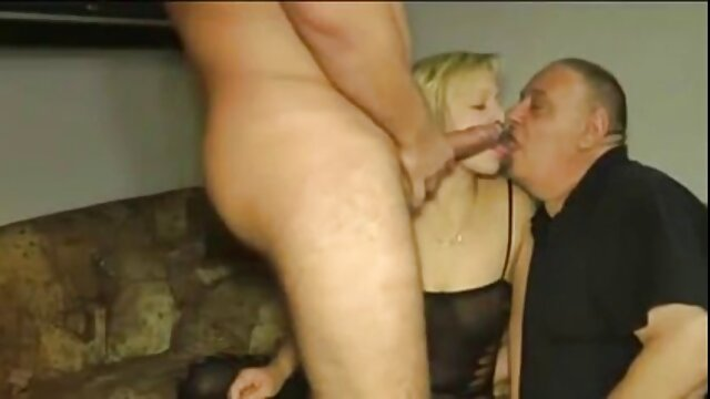 Direktur pemula berambut pirang di vaginanya. bokep sex live