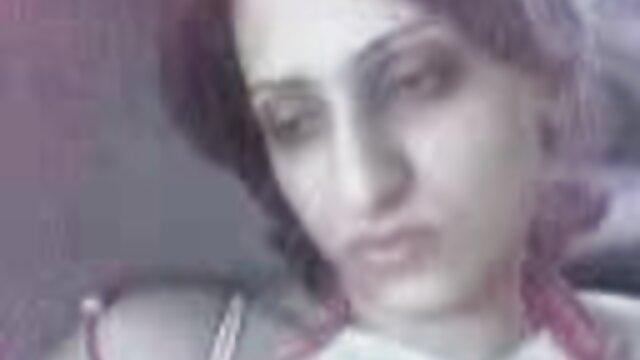 Ibu mertua memberikan xnxx bigo live tante menantunya vodka dan blowjob vagina.