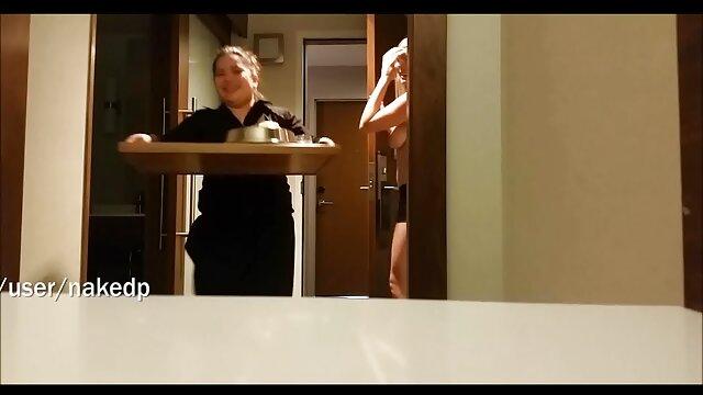 Gadis telanjang menunjukkan payudaranya dan vagina xnxx gogo live terbaru selama pemotretan.